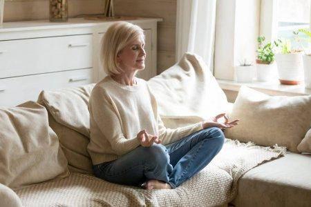 mujer meditando a través de una meditación guiada