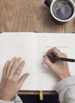 cómo una mujer practica escritura emocional