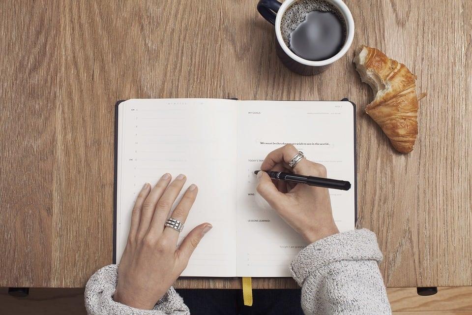 mujer-practicando-escritura-emocional Cinco ejercicios de escritura terapéutica para afrontar los problemas